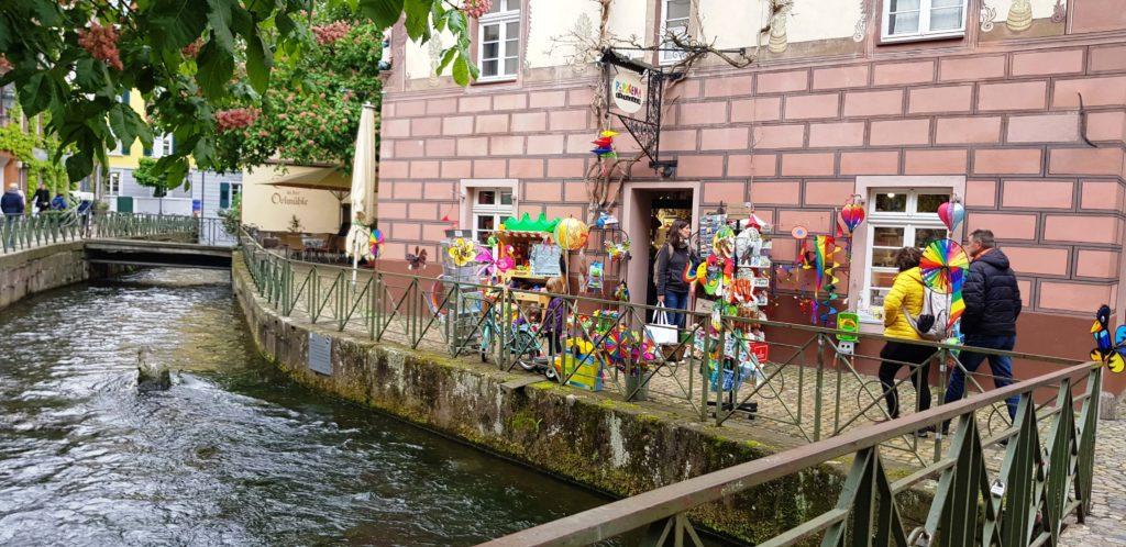 Juguetería sobre los canales alrededor de las calles Gerberau y Fischerau, Altstadt, Friburgo de Brisgovia