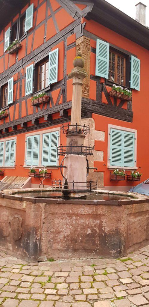 Fuente frente al Hotel de Ville, Saint Hippolyte