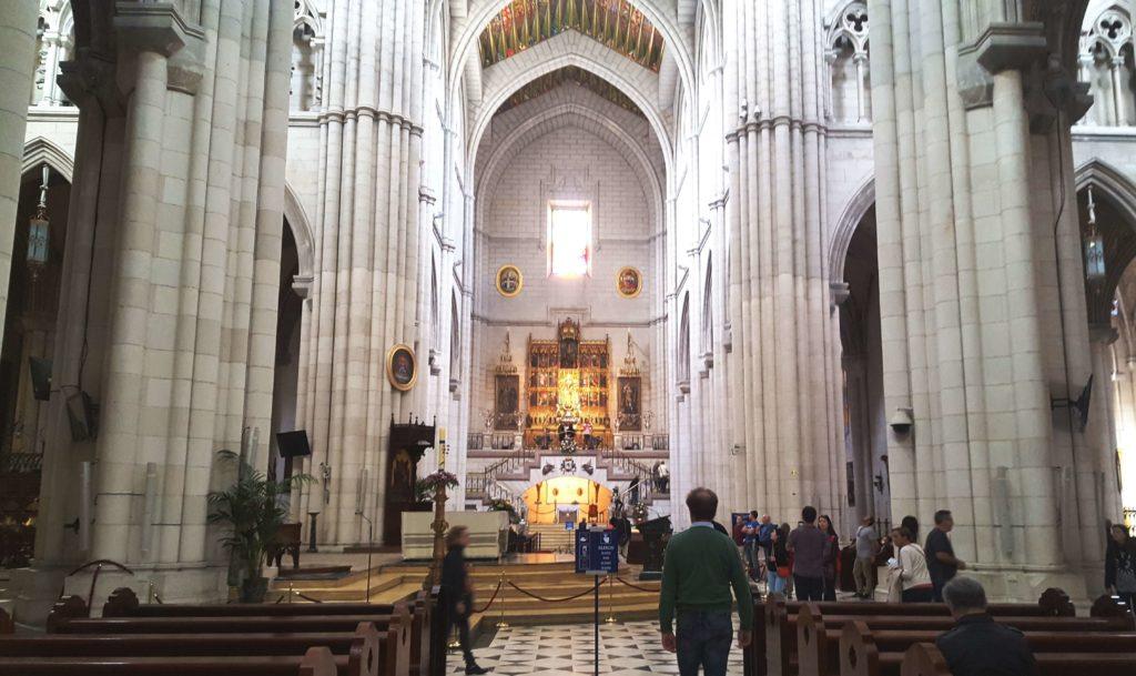 Interior de la Catedral de la Almudena, un día en Madrid, España