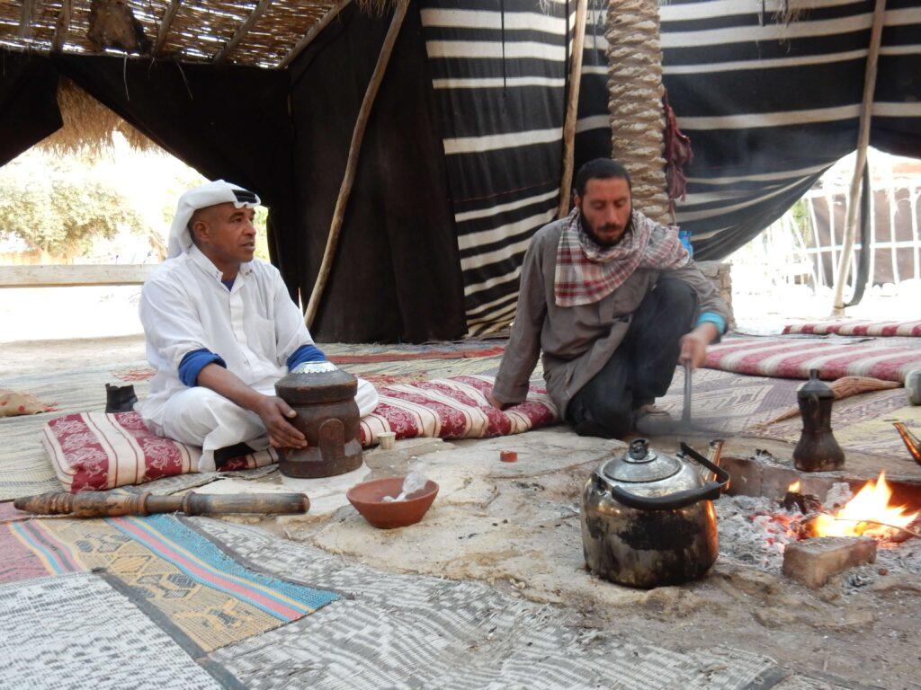 Ceremonia del té, bienvenida a Kfar Hanokdim, campamento beduino desierto de Judea, Israel