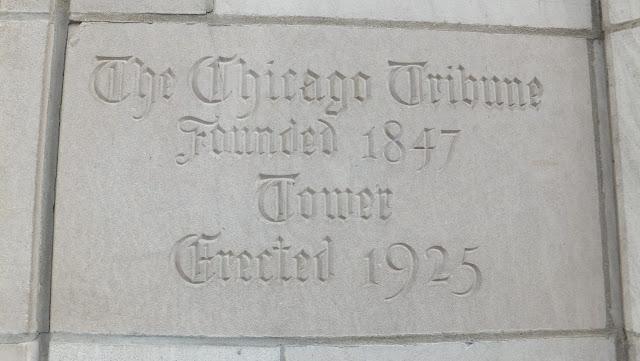 Recuerdos en el muro del Chicago Tribune
