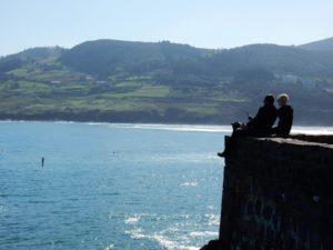 Montando las olas de Mundaka en el País Vasco