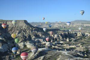 Lee más sobre el artículo Viaje en globo sobre el paisaje lunar de la Capadocia