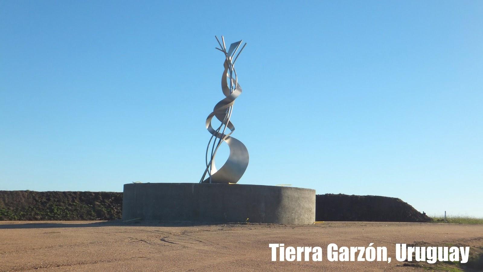 Pueblo Garzón y una escultura campestre