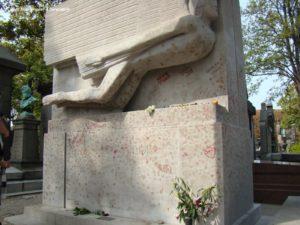Oscar Wilde, un hombre extraordinario en el Cementerio de Père-Lachaise
