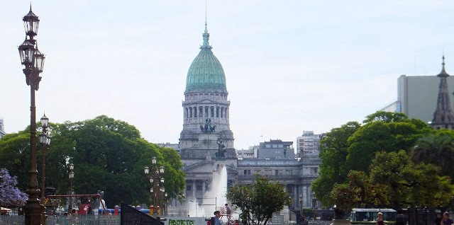 Mirando hacia arriba por la Avenida de Mayo