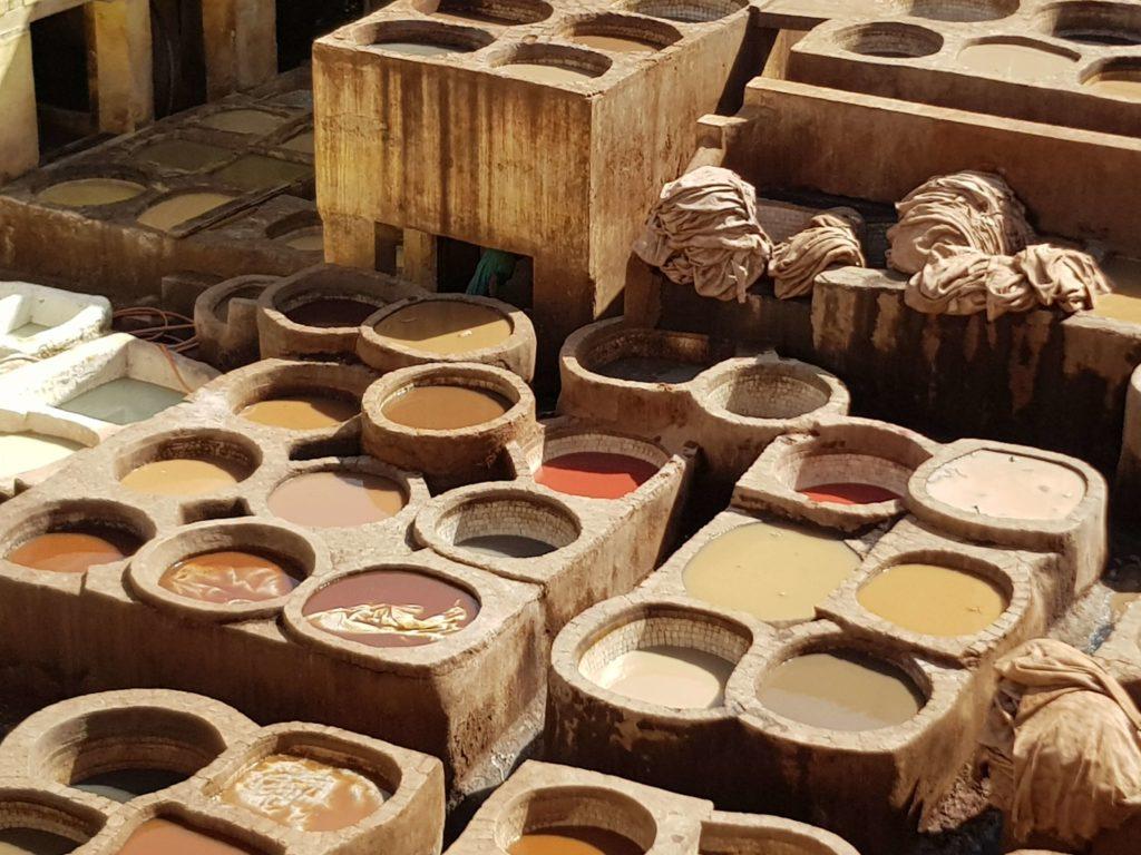 En la curtiembre de Fez en Marruecos