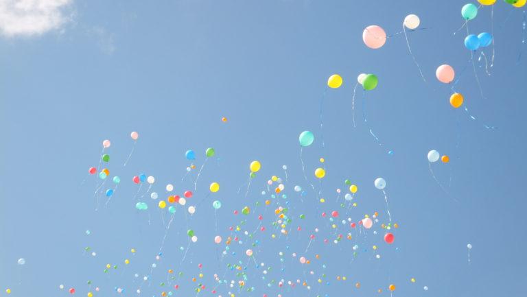 Globos de colores en el cielo